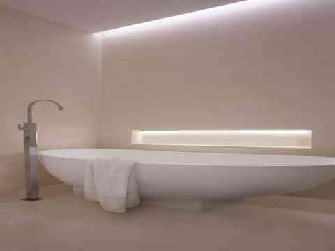 White Bath Tub And Recessed Lighting Design